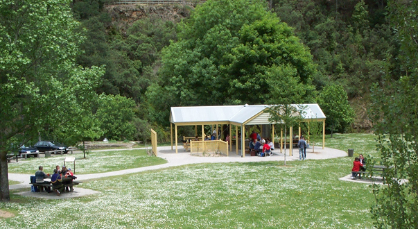 Picnic pavilion and lawn area in Stringer's Park